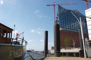 Elbphilharmonie mit Kutter Elbe in der Hafencity in Hamburg